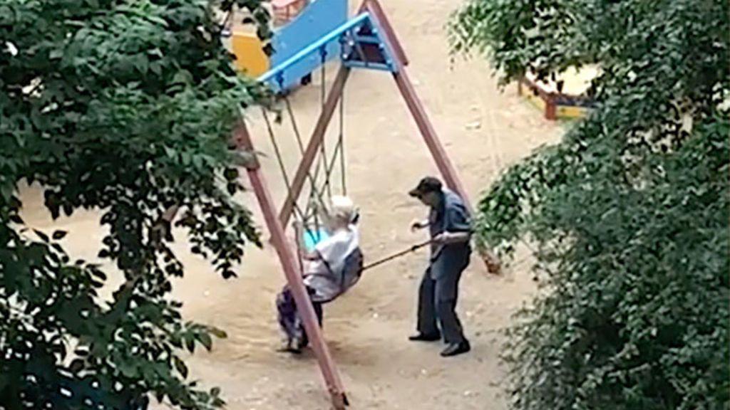 El vídeo de dos abuelos rusos en un columpio