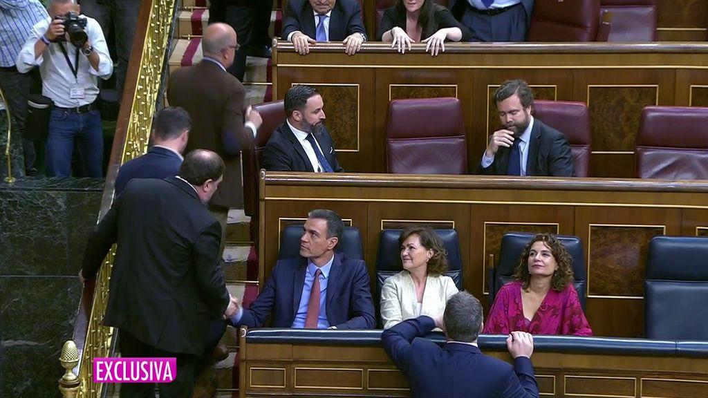 Junqueras y Pedro Sánchez se saludan en el Congreso