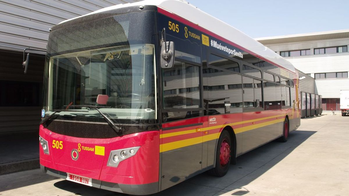 Traslada a un hospital en un autobús público a una joven por falta de ambulancias en Sevilla