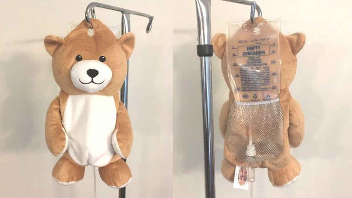 Ayuda a niños enfermos poniendo un oso de peluche en sus goteros