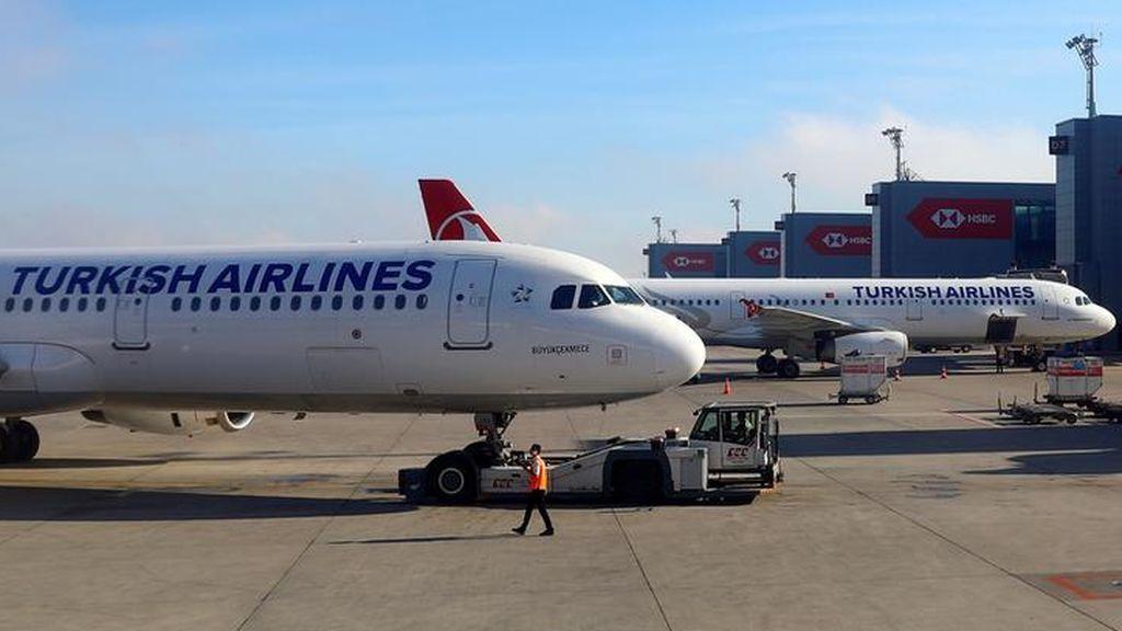 Pasajeros detienen a un hombre que corría hacia la cabina del piloto en un vuelo de Turkish Airlines