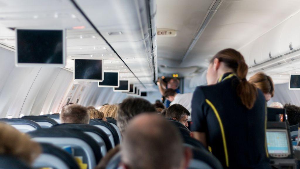 Una azafata revela todo lo que nunca deberías hacer mientras estás en un vuelo