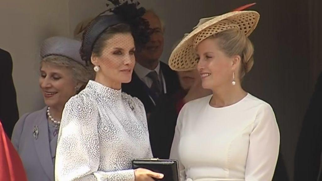 La Reina Letizia deslumbrante en la ceremonia de imposición de la máxima distinción británica