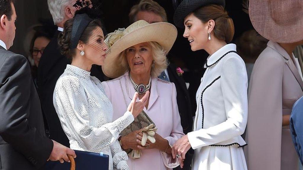 La Reina Letizia  junto a Camilla, duquesa de Cornualles, conversa con Kate Middleton