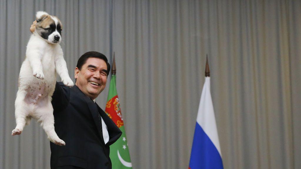 Los sorprendentes vídeos del presidente pistolero y rapero que gobierna Turkmenistan con mano de hierro