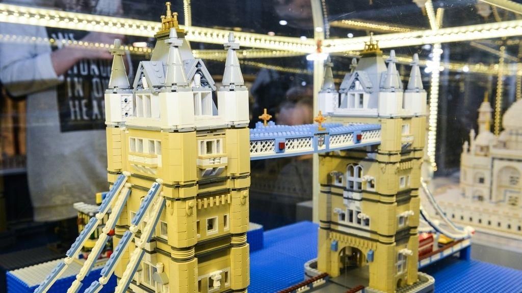 La exposición también incluye representaciones de edificios como esta del Tower Bridge londinense