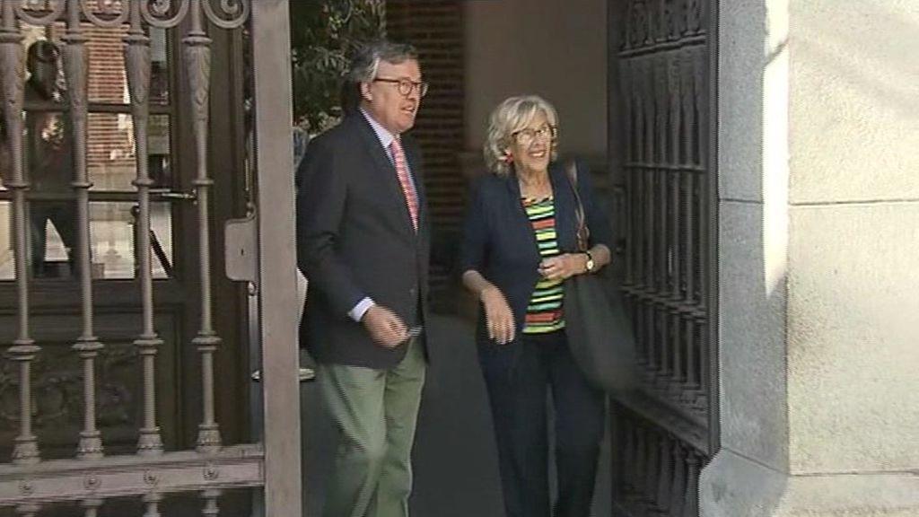 Carmena sale de la Casa de la Villa tras renunciara  su acta de concejal