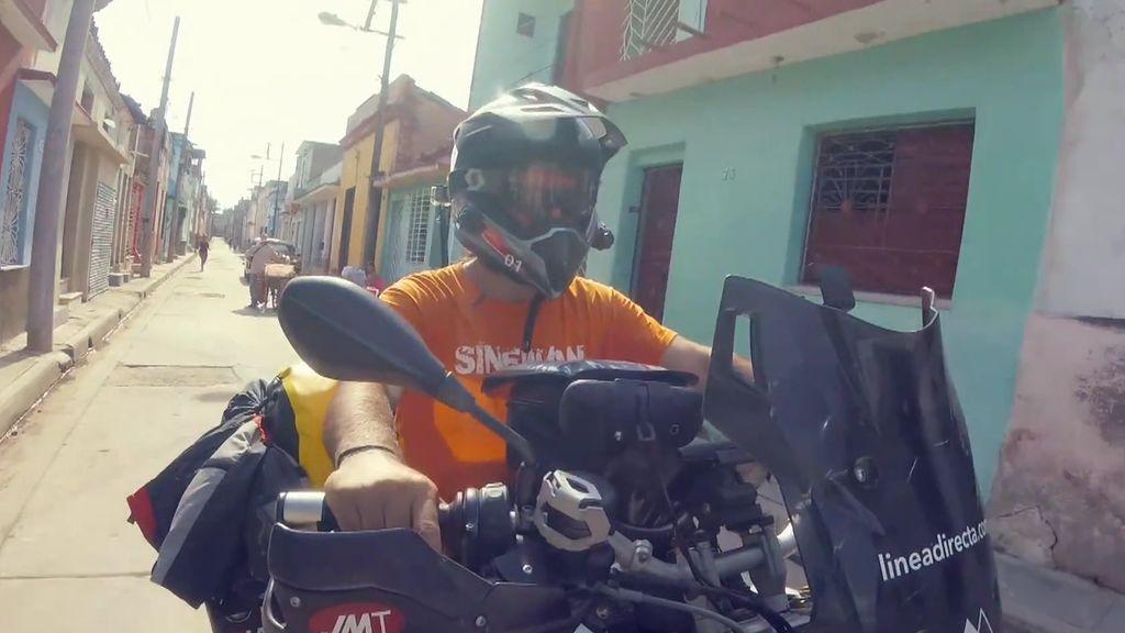 Recibimos a Charly Sinewan, un viajero que ha recorrido más de 60 países en moto