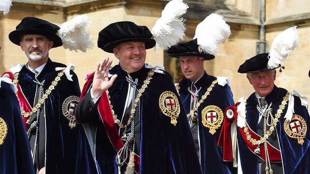 Felipe VI acompañado de Guillermo de Holanda, el duque de Cambridge y el príncipe Carlos hacia la capilla de San Jorge