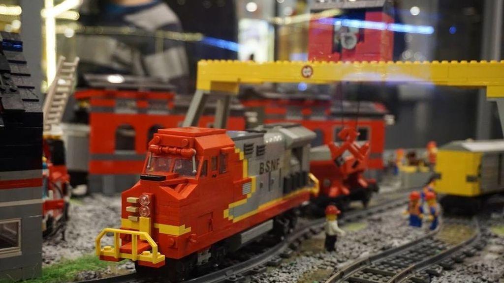 La muestra cuenta con réplicas con trenes eléctricos en movimiento