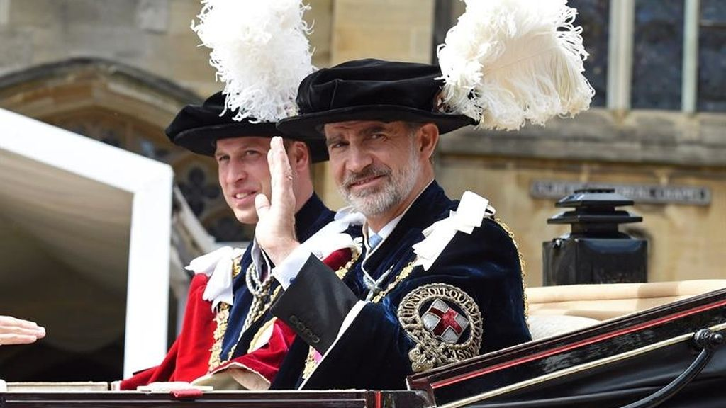 Felipe VI junto al príncipe Guillermo a bordo de un carruaje que les traslada hasta el Castillo de Windsor