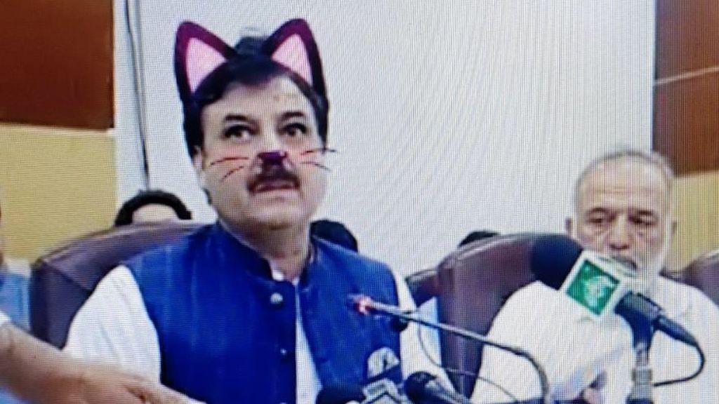 Un ministro pakistaní da una rueda de prensa convertido en gato por un filtro de Instagram