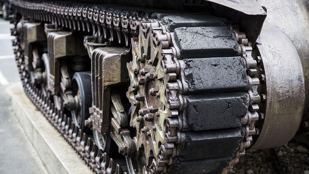 Un hombre completamente ebrio circula con un tanque por una ciudad polaca