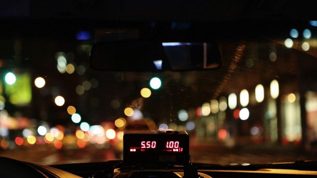 Denuncian a un taxista que impacta su vehículo contra varios coches estacionados quintuplicando la tasa de alcohol