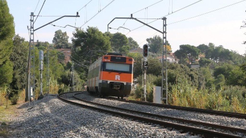 Un tren de Cercanías circula con una puerta abierta varios kilómetros en Cataluña