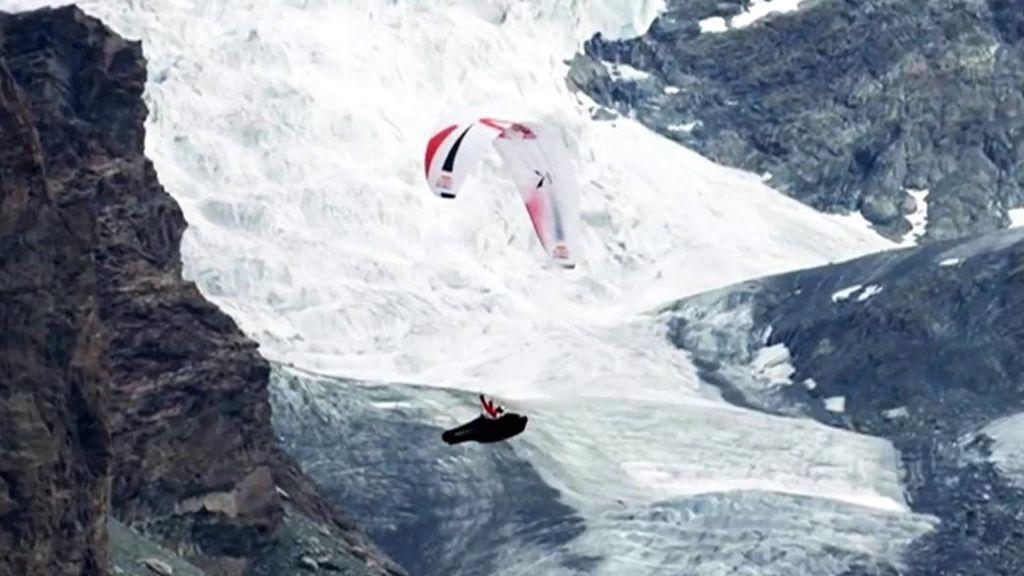 Los 32 deportistas que corren la Red Bull X-Alps tendrán que recorrer más de 1200km ayudados por un parapente