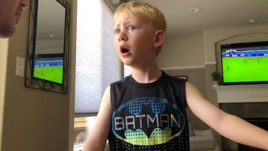 Un niño de 4 años se rompe a llorar tras conocer la salida de su jugador favorito