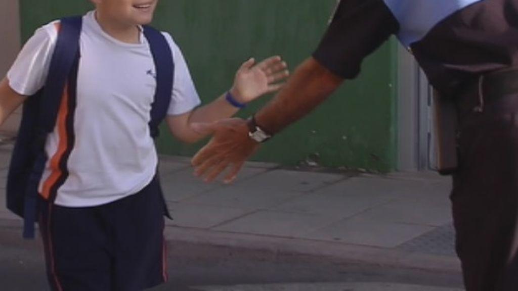 Pepe, el policía local que cada día choca la mano a todos los alumnos de un colegio en Las Palmas