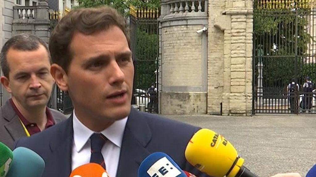 Rivera atiende a los periodistas en Bruselas