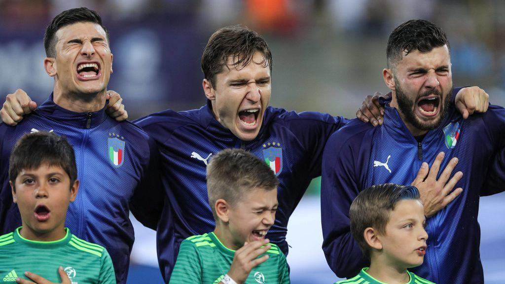 La imagen que se ha hecho viral de un niño tapándose los oídos durante el atronador himno italiano