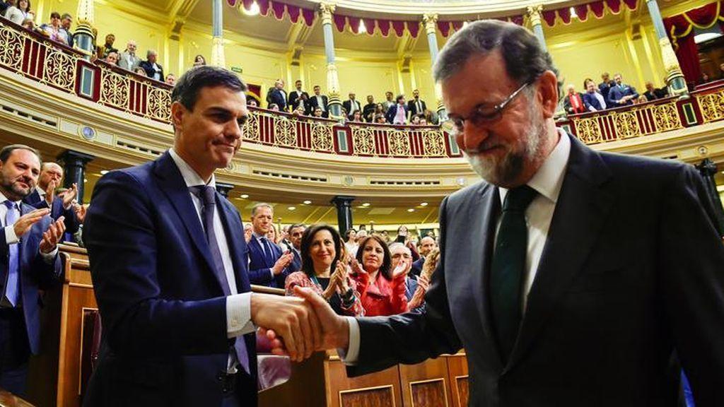 Rajoy saluda a Sánchez en la moción de censura