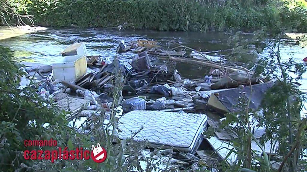 Lleno de basura: así es el estado lamentable del río Guadarrama
