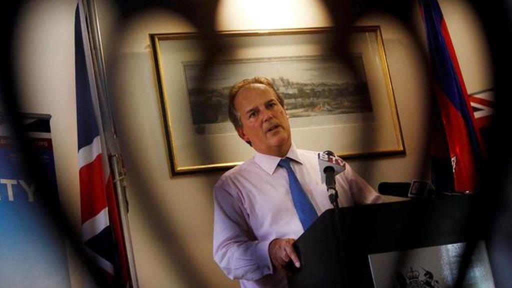 Suspenden al secretario de Exteriores británico por agarrar del cuello a una activista de Greenpeace