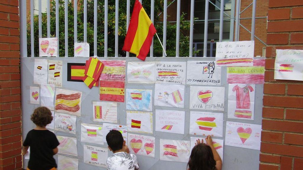 Llenan de banderas de España el colegio de la niña supuestamente agredida por pintarlas