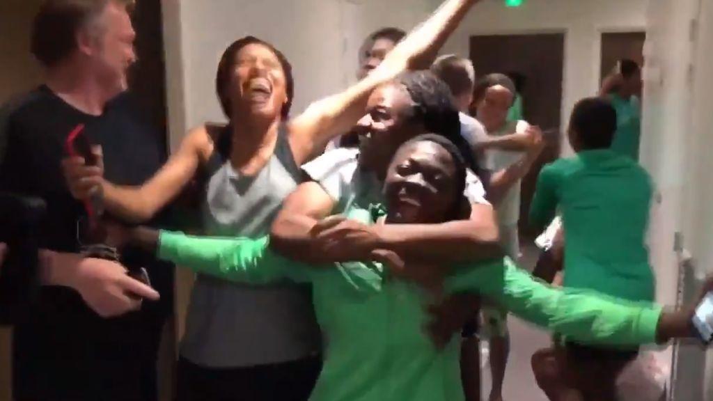 La euforia de las jugadoras nigerianas tras clasificarse para octavos por primera vez en dos décadas