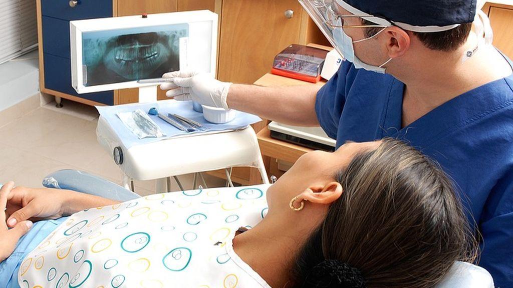 Sufre un auténtico calvario dental: demanda a diez dentitas en Cádiz por destrozarle la boca
