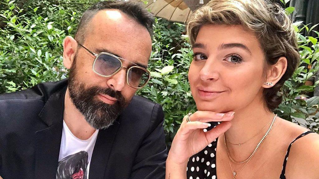 Tripita y vestido azul noche: Laura Escanes posa con Risto en la boda de María Pombo