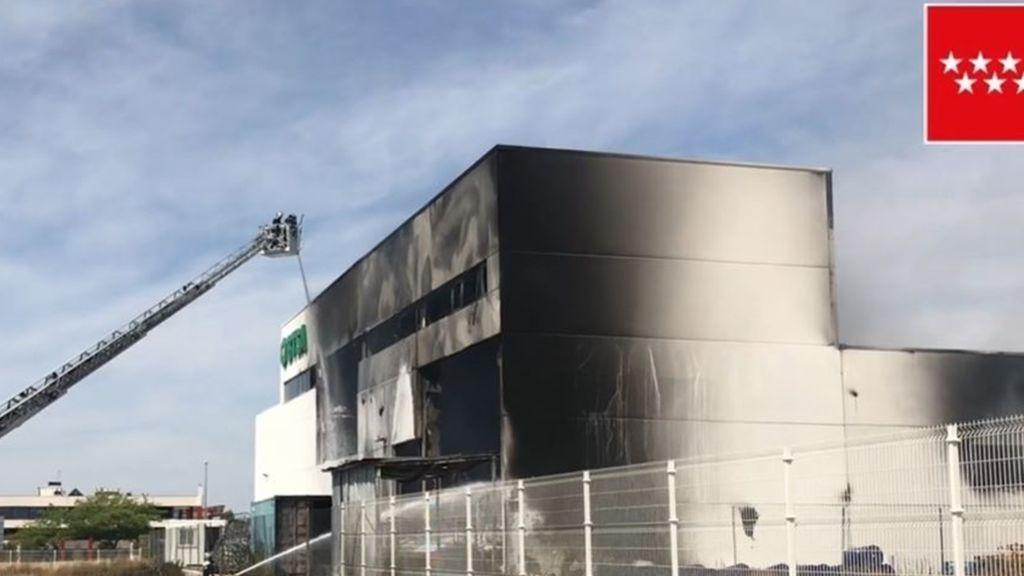 Cinco dotaciones de bomberos intentan sofocar el incendio de Alcalá de Henares