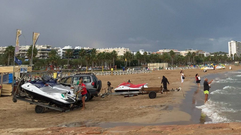 Un hombre cae al agua desde un patinete y muere ahogado en una playa de Cambrils