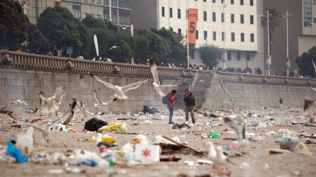 Las playas de A Coruña amanecen llenas de basura