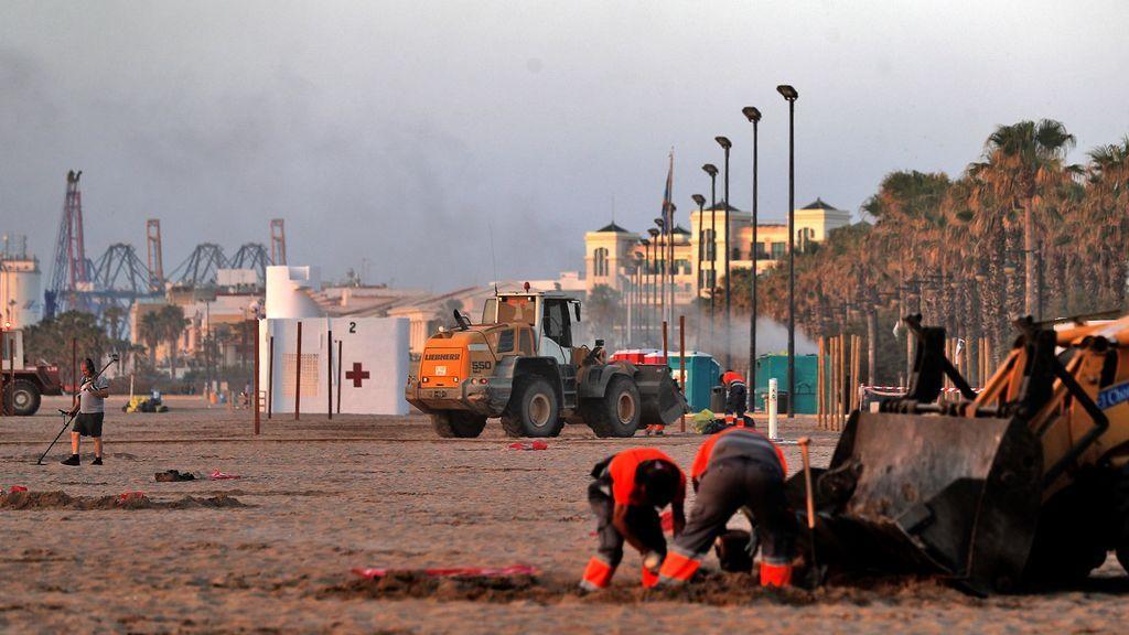 La playa de la Malvarrosa en Valencia también ha amanecido llena de basura