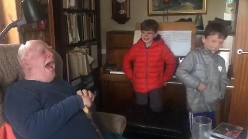 El ataque de risa de un abuelo al ver que sus nietos hacen que una aparato tecnológico se tire un pedo
