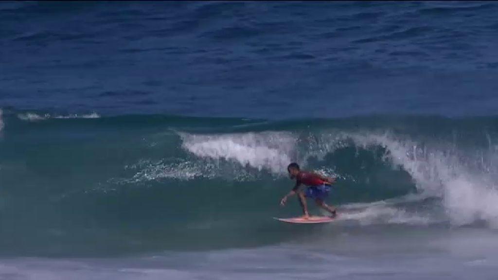 Espectáculo sobre las olas en el campeonato mundial de surf en Brasil