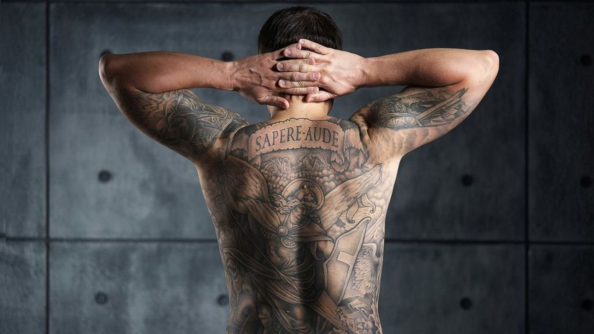 1620px-Man_with_a_backpiece_Christian_and_Enlightenment_tattoo._Color