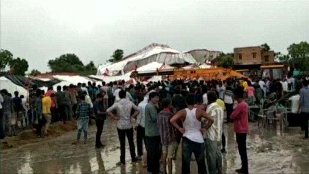 Mueren al menos 14 personas y otras 50 resultan heridas tras el derrumbamiento de una carpa en la India