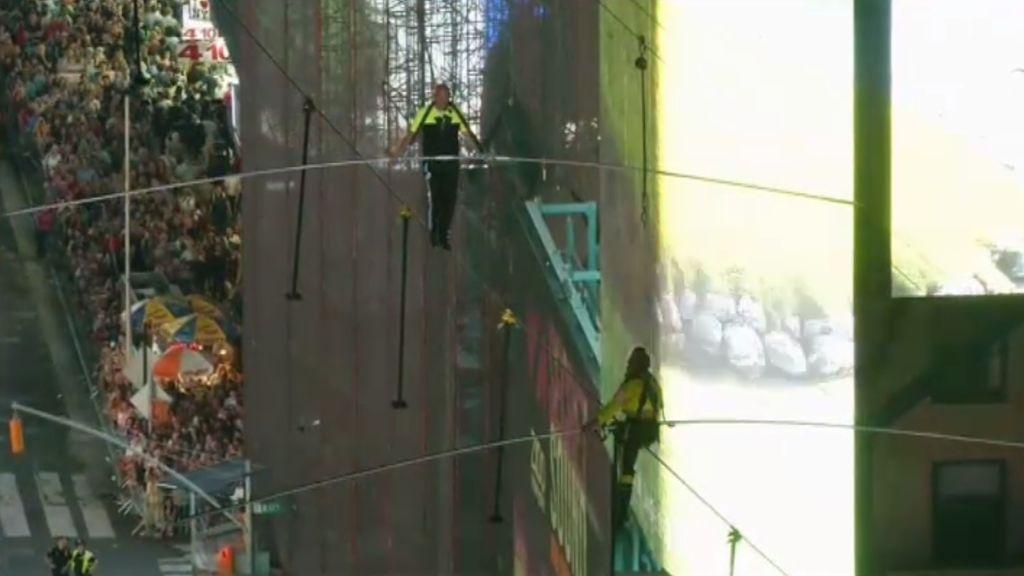 Dos hermanos funambulistas atraviesan Times Square a 25 pisos de altura