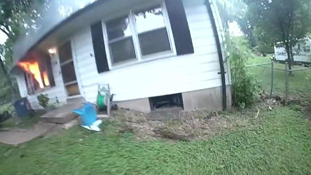 Un policía rescata de las llamas a una niña de 3 años y a su abuela