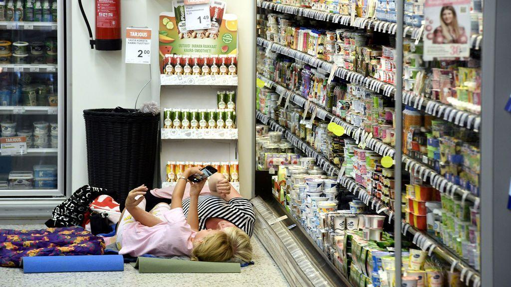 Clientes durmiendo en el supermercado que ya abrió sus puertas en agosto del año pasado por el calor
