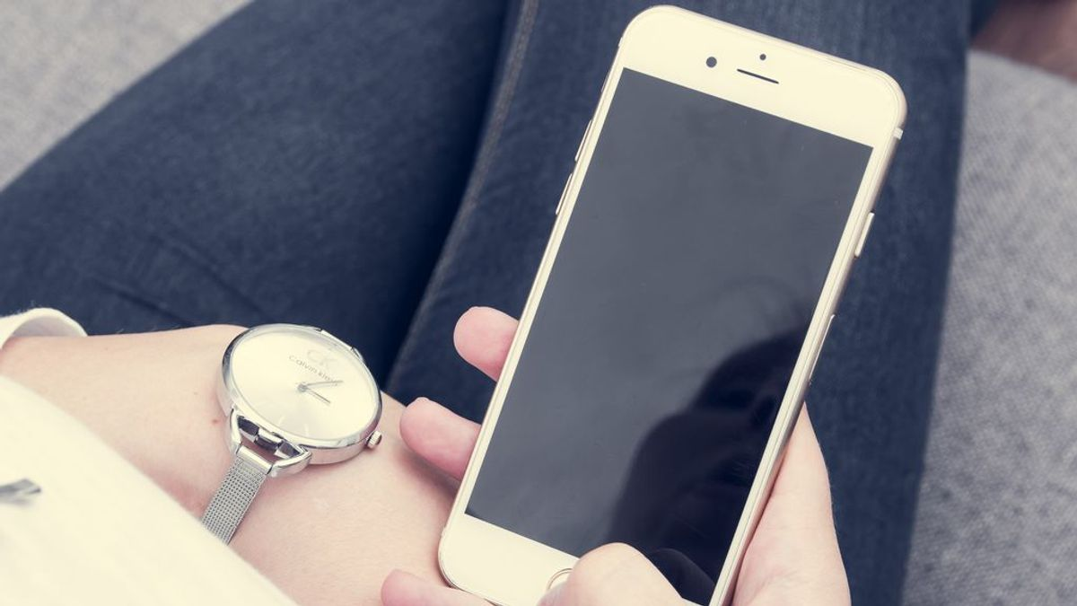 Los jovenes, incapaces de llegar a sus destinos sin consultar la ruta en el móvil