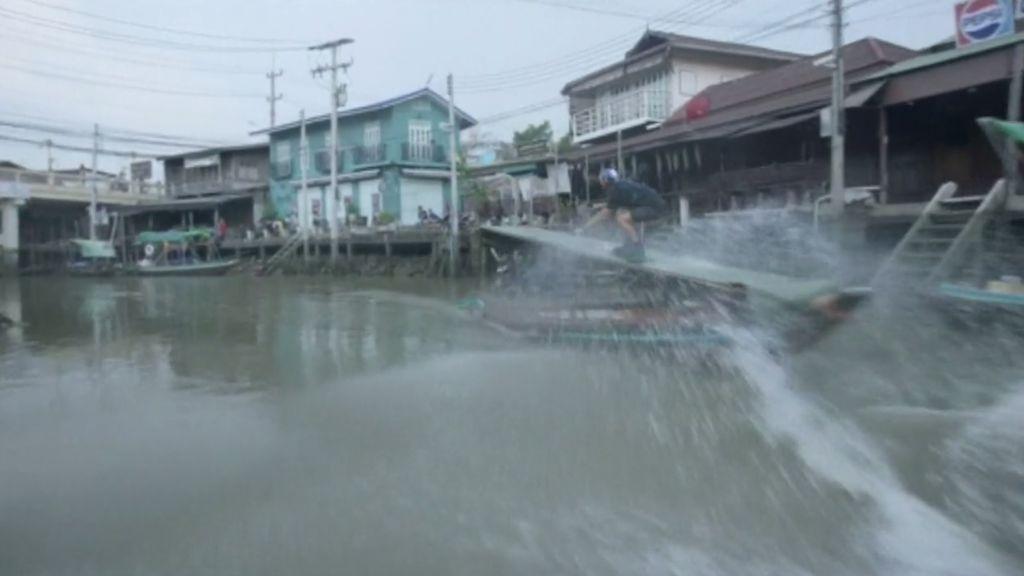 Increíble exhibición de esquí acuático por los estrechos canales de Bangkok