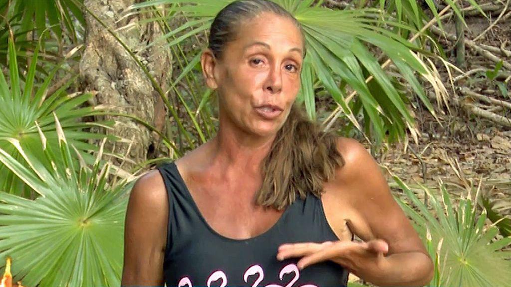 Isabel Pantoja muestra orgullosa su nueva imagen tras el corte de pelo