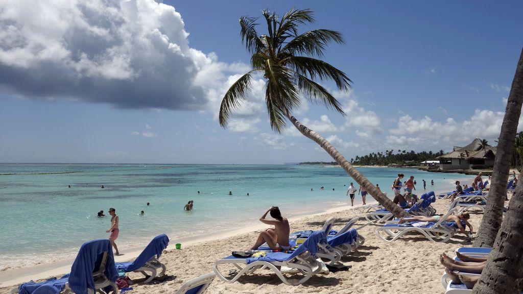 """Alcohol adulterado, bacterias, violencia:  ¿qué hay detrás de las muertes """"misteriosas"""" de turistas en la República Dominicana?"""