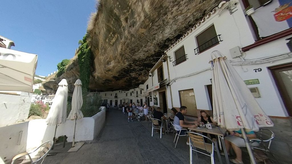 Bar excavado bajo una roca en Setenil de las Bodegas