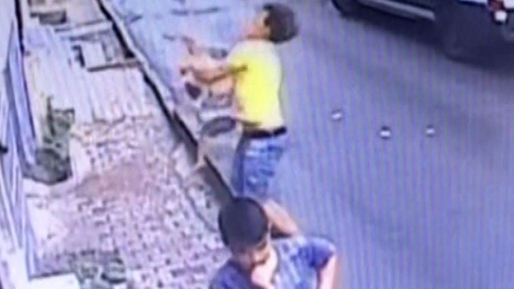 Rescate de película: héroe improvisado al salvar a una menor que cayó desde un edificio