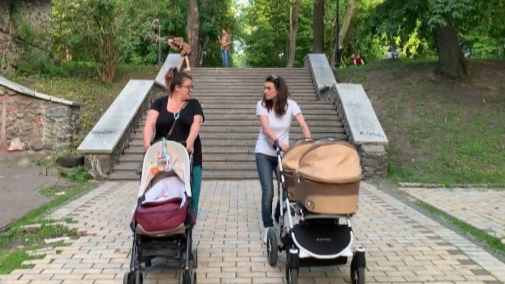 Españoles con bebés por subrogación en Ucrania piden ayuda a los Reyes para salir del país