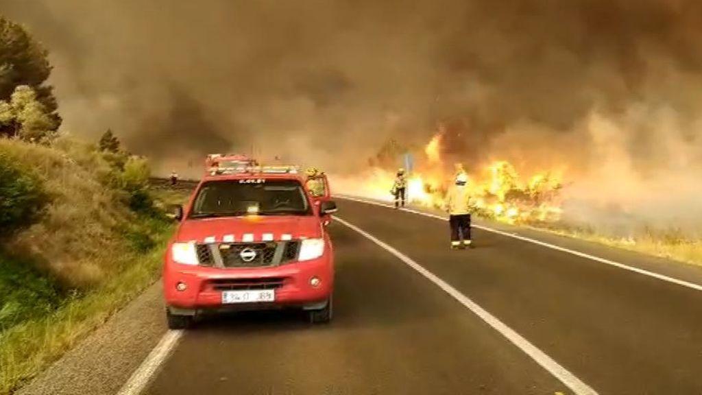 El fuego de Tarragona sigue fuera de control y podría complicarse por las altas temperaturas